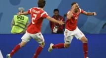 Penyerang Timnas Rusia Artem Dzyuba (kanan) merayakan golnya ke gawang Mesir (Paul ELLIS / AFP)