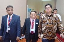 Menteri Perindustrian Airlangga Hartarto bersama Direktur Utama PT Krakatau Steel (Persero) Tbk. Mas Wigrantoro Roes Setiyadi