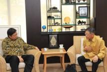 Menteri Perindustrian Airlangga Hartarto saat menerima Presiden Direktur PT Kaltim Methanol Industri Yuji Takada (Foto: Dok. Kemenperin)