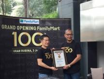 FamilyMart meraih rekor MURI dengan kategori penjualan kopi terbanyak dalam satu hari, hari Selasa (3/7) di Gran Rubina, Kuningan, Jakarta Selatan. (Dina Astria/Industry.co.id)