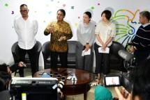 Menteri Kominfo Rudiantara bersama CEO Bytemond Ptd. Ltd. Miss Kelly Chang (tengah) dan Dirjen Aplikasi Informatika Semuel Abrijadi Pangerapan menjelaskan komitmen Penyedia Aplikasi Tik Tok di Kementerian Kominfo, Jakarta Pusat, Rabu (04/07/20) Sore