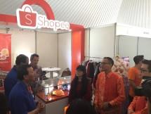Iwa Karniwa, Sekda Pemprov Jabar mendatangi booth Shopee dan bertemu dengan salah satu seller Shopee, di Pusdai, Bandung. (Dina Astria/Industry.co.id)