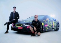 "Christian Rijanto, Co-Founder dan Creative Director bersama Seniman ultraviolet Rony ""Rebellionik"" Rahardian berfoto disamping BMW i8 di ajang WE THE FEST 2018 (Foto: Dok. BMW Indonesia)"