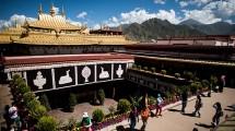 Wisatawan berkunjung ke salah satu kuil di Lhasa, Tibet. (Johannes Eiselle/AFP)