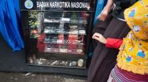 Seorang anak memperhatikan contoh narkotika yang dipamerkan BNN. (Yuan Adriles/Pacific Press/LightRocket via Getty Images)
