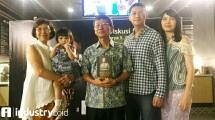 SD Darmono bersama keluarga pada acara Bedah Buku Building A Ship While Sailing