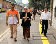 COP Business Unit Head Holcim Indonesia Widoso Ariawan bersama Juhans Suryantan, Head of Aggregates Holcim Indonesia mendampingi Riri Asnita (Dinas Bina Marga) meninjau langsung lokasi proyek yang telah direnovasi dengan menggunakan inovasi beton de