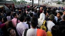 Suasana Stasiun Tanah Abang saat jam sibuk. (Donal Husni/NurPhoto via Getty Images)