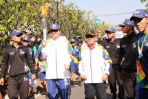 Menteri Perindustrian Airlangga Hartarto bersama Wakil Wali Kota Bandung Oded M Danial saat menjadi pelari pertama yang membawa obor Asian Games 2018 di Kota Bandung, Jawa Barat (Foto: Dok. Kemenperin)