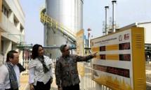 Dirjen IKTA Kemenperin Achmad Sigit Dwiwahjono bersama Direktur Pelumas PT Shell Indonesia Dian Andyasuri saat mengunjungi Pabrik Pabrik Pelumas Shell Indonesia di Marunda, Bekasi (Foto: Dok. Industry.co.id)