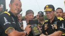 Pengurus LSM GMBI dan Kapolda Jabar Irjen Anton Charliyan. (Foto: IST)