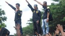 Massa dari Gerakan Masyarakat Bawah Indonesia (GMBI) Kota Bandung melakukan aksi unjuk rasa terkait kasus pelecehan Pancasila dan pelecehan budaya Sunda di depan Mapolda Jabar, di Bandung, Jawa Barat, Rabu (11/1/2016). (ANTARA FOTO/Fahrul Jayadiputra