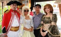 Heru Mulyadi (kemeja warna abu-abu), bersama aktris senior Yati Surachman. Para artis ini mengenakan kostum film karya dan koleksi Heru Mulyadi, di acara Pameran Seni Rupa Film Indonesia -- Dalam Rupa yang Tak Biasa.