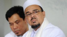 Imam Besar FPI Rizieq Shihab dan Juru Bicara FPI Munarman. (Adek Berry/AFP)