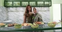Lara bersama ibundanya saat pembukaan warung'E Lara di Sidoarjo, Jawa Timur
