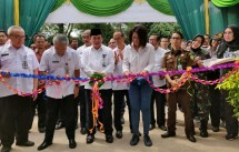 Sekda Kabupaten Bogor, Adang Suptandar bersama dengan Legal & Corporate Affairs Director Holcim Indonesia, Farida Helianti Sastrosatomo melakukan pengguntingan pita sebagai tanda peresmian Dapoer Sampireun