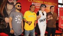 Connie Nurlita diapit oleh Mike Baginda, Didi Kempot dan Produser Rahayu Kertawiguna saat peluncuran single Ayang-ayangmu