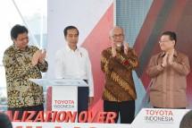 Presiden Joko Widodo didampingi Menteri Perindustrian Airlangga Hartarto bersama Presiden Toyota Motor Asia Pasific (TMAP) Susumu Matsuda saat acara Realization Over 1 Million CBU Export PT. Toyota Motor Manufacturing Indonesia (PT TMMIN) (Foto: Dok.
