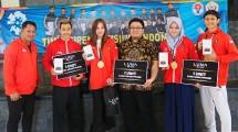 Luna Serahkan Smartphone Kepada Atlet Pencak Silat Peraih Medali Emas Asian Game 2018