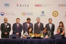 Menteri Perindustrian Airlangga Hartarto menyaksikan penandatanganan 15MoUyangdilakukan oleh perusahaan dan institusi pemerintah Indonesia-Korea Selatan pada Forum Bisnis dan Investasi 2018 di Seoul