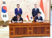 Menperin RI Airlangga Hartarto dengan Chairman NRC Kyoung Ryung Seong menandatangani MoU penerapan Industri 4.0 disaksikan langsung Presiden RI Joko Widodo dan Presiden Korsel Moon Jae-in