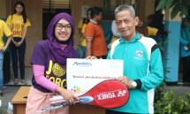 Head of Corporate & Government Affairs Mondelez Indonesia Kharisma Fitriasari memberikan donasi alat olahraga secara simbolis kepada Abdul Rofiq selaku Kepala Sekolah SDN Bangka 03 Jakarta, dalam program Joy Schools