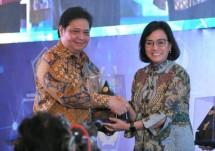 Menteri Perindustrian Airlangga hartarto saat menerima pelakat penghargaan opini WTP yang diserahkan langsung oleh Menteri Keuangan Sri Mulyani Indrawati (Foto: Dok. Kemenperin)