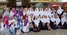Dean Herdesviana, Founder Womens Spiritual Journey (WSJ) beserta para jamaahnya, foto bersama dengan para hafidzah dari Pondok Pesantren Modern Al-Husainy, di depan Teater Imax Keong Emas, Taman Mini Indonesia Indah (TMII), Jakarta.