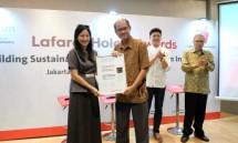 Sustainable Development Manager Holcim Indonesia Oepoyo Prakoso menyerahkan penghargaan Global Finalist kepada Daliana Suryawinata (Foto: Dok. Holcim Indonesia)