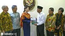 Anggota Dewan Pembina Tanoto Foundation, Belinda Tanoto, menyerahkan modul pengajaran program PINTAR kepada Menteri Pendidikan dan Kebudayaan Republik Indonesia Prof. Dr. Muhadjir Effendy, M.A.P.,