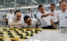 Kepala staf Kepresidenan Jenderal TNI (Purn) Moeldoko ditemani Ketua Umum Asaki Elisa Sinaga saat melakukan kunjungan kerja ke pabrik keramik Roman dan Arwana, Serang, Banten