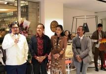 Menteri Perindustrian Airlangga Hartarto didampingi Duta Besar Indonesia untuk Singapura Ngurah Swajayameresmikan pembukaangerai fesyen D2-1 di Paragon Mal, Singapura (Foto: Kemenperin)
