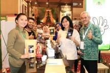 Dirjen IKM Kemenperin Gati Wibawaningsih berfoto bersama dengan para peserta pameranpada peringatan Hari Kopi Internasional di Makassar (Foto: Kemenperin)