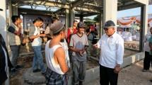 Menteri Basuki saat meninjau lokasi pembangunan Rumah Instan Sederhana Sehat (RISHA)