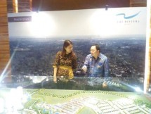 Direktur Metland Olivia Surodjo dan Head of Residential Keppel Land Indonesia Supardi Ang menunjukan maket The Riviera