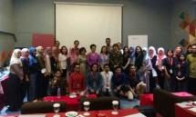 Direktur Jenderal IKM Kemenperin Gati Wibawaningsih saat berfoto bersama 27 pelaku usaha kreatif dalam program Creative Business Incubator (Foto: Ridwan/Industry.co.id)