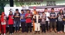 Eddy Karsito (Tengah) bersama remaja dan anak-anak yang mendapatkan Buku karya Agy Sugianto dalam Peringatan Hari Sumpah Pemuda Rumah Budaya Satu Satu Minghu (21/10) kemarin