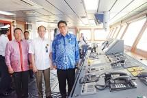 Menteri Perindustrian Airlangga Hartarto bersama Wakil Menteri ESDM Archandra Tahar saat peresmian Kapal Seapup 3 milik PT. Swadaya Sarana Berlian di kawasan pelabuhan Marunda, Jakarta (Foto: Kemenperin)