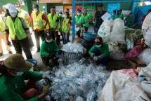 Proses pemilahan botol bekas di Bali PET Recycling Center (Foto Dok Industry.co.id0