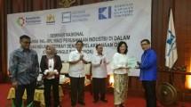 Ketua Umum HKI Sanny Iskandar saat menyerahkan cinderamata kepada Plt. Dirjen PPI Kemenperin Gati Wibawaningsih (Foto: Ridwan/Industry.co.id)