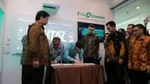Menteri Perindustrian Airlangga Hartarto saat menyaksikan penandatanganan MoU antara Kementerian Perindustrian dengan Schneider Electric terkait peningkatan implementasi industri 4.0 (Foto: Schneider Electric)