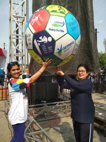 Menkes Prof. Dr. Dr. Nila Moeloek, SpM (kanan), bersama dengan Technical Marketing Advisor Fonterra Brands Indonesia, Rohini Behl (kiri), menandai peluncuran kampanye Nasional Ayo Indonesia Bergerak
