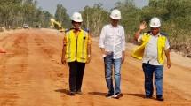 Presiden Jokowi bersama Menteri Basuki tinjau pembangunan Jalan
