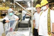 Menteri Perindutrian Airlangga Hartarto ketika mengunjungi pabrik karet PT New Kalbar Processors (NKP) di Kabupaten Kubu Raya,Kalimantan Barat (Foto: Kemenperin)
