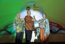 CEO Bank Sleman, Muhammad Sigit (tengah), menerima Penghargaan Bank Terbaik, yang diserahkan Pendiri Indonesia-Asia Institute - Economic Review Hj.RAy. Irlisa Rachmadiana,S.Sn,MM dan disaksikan oleh Ketua Dewan Juri-APBI-VII-2018 Prof.Dr.Ir.Marsudi W