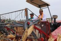 Mentan Amran Sulaiman di atas alat mesin pertanian
