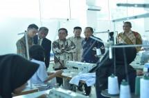Sekretaris Jenderal Kemenperin Haris Munandar saat meninjau peserta didik di unit pendidikan milik Kemenperin, AK Solo (Foto: Kemenperin)