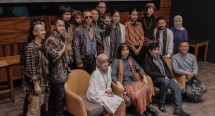 Yanti Chrisye, OI dan Swara Gembira dan Guruh Soekarnoputra bersama para pendukung pergelaran Hip Hip Hura.