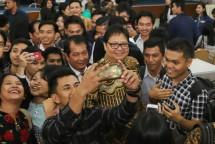 Menteri Perindustrian Airlangga Hartarto berswa foto bersama Mahasiswa/i Universitas HKBP Nommensen (UHN) Medan (Foto: Kemenperin)