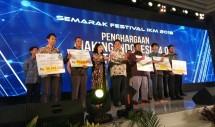 Menteri Perindustrian Airlangga Hartarto bersama Dirjen IKM Kemenperin Gati Wibawaningsih saat menyerahkan oenghargaan kepada pemenang di acara 'Semarak Festival IKM 2018' (Foto: Ridwan/Industry.co.id)